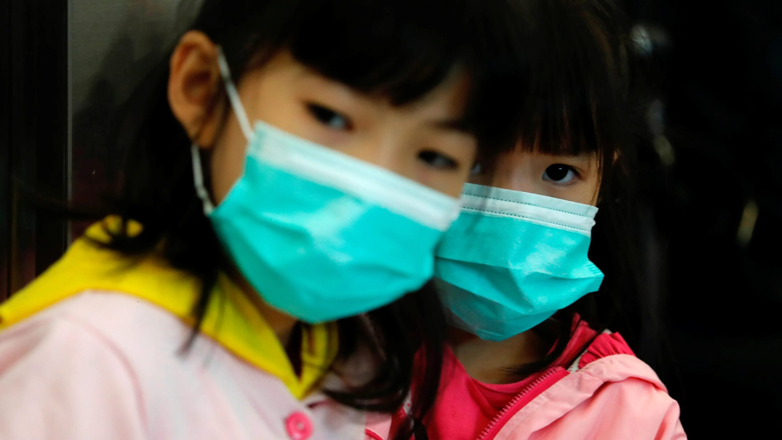 Children wear masks to avoid infection of a new coronavirus in Hong Kong. © Reuters